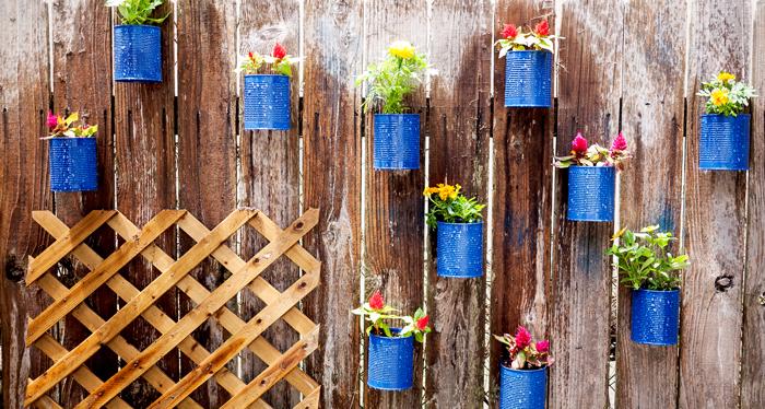Diy γλάστρες στο φράχτη από κουτάκια8