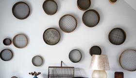 Διακόσμηση τοίχου με απλά παλιά κόσκινα