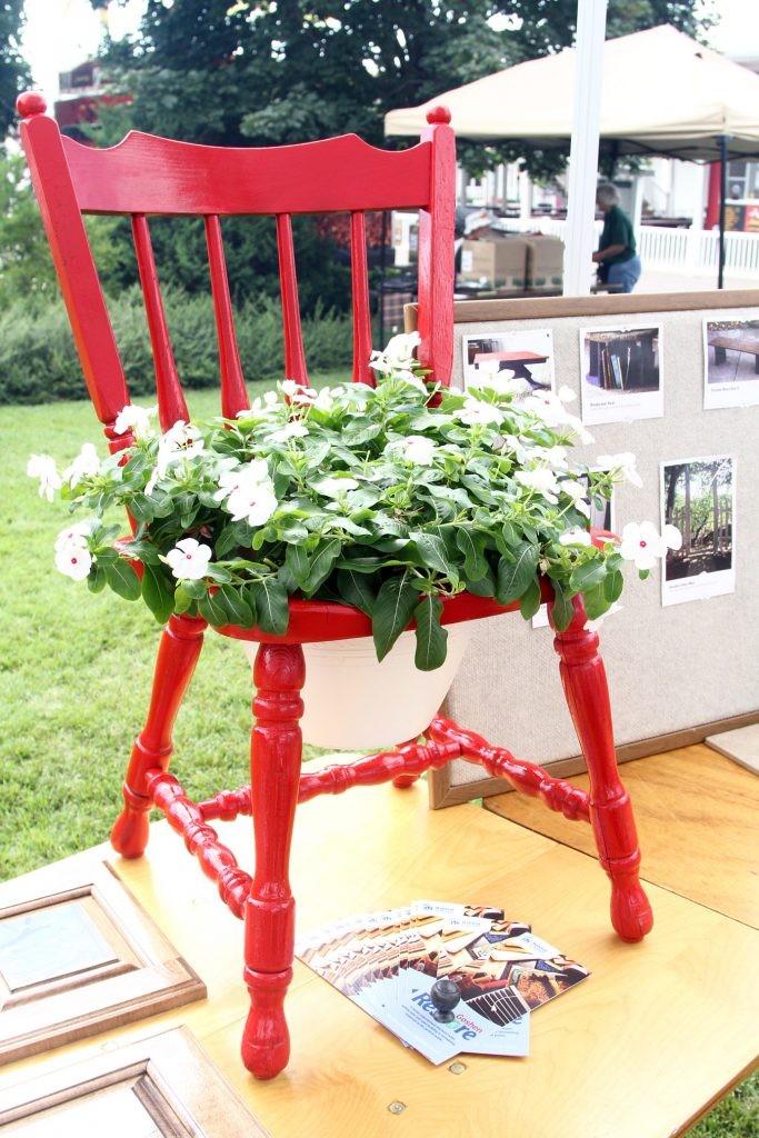 παλιές καρέκλες σε γλάστρες κήπου13