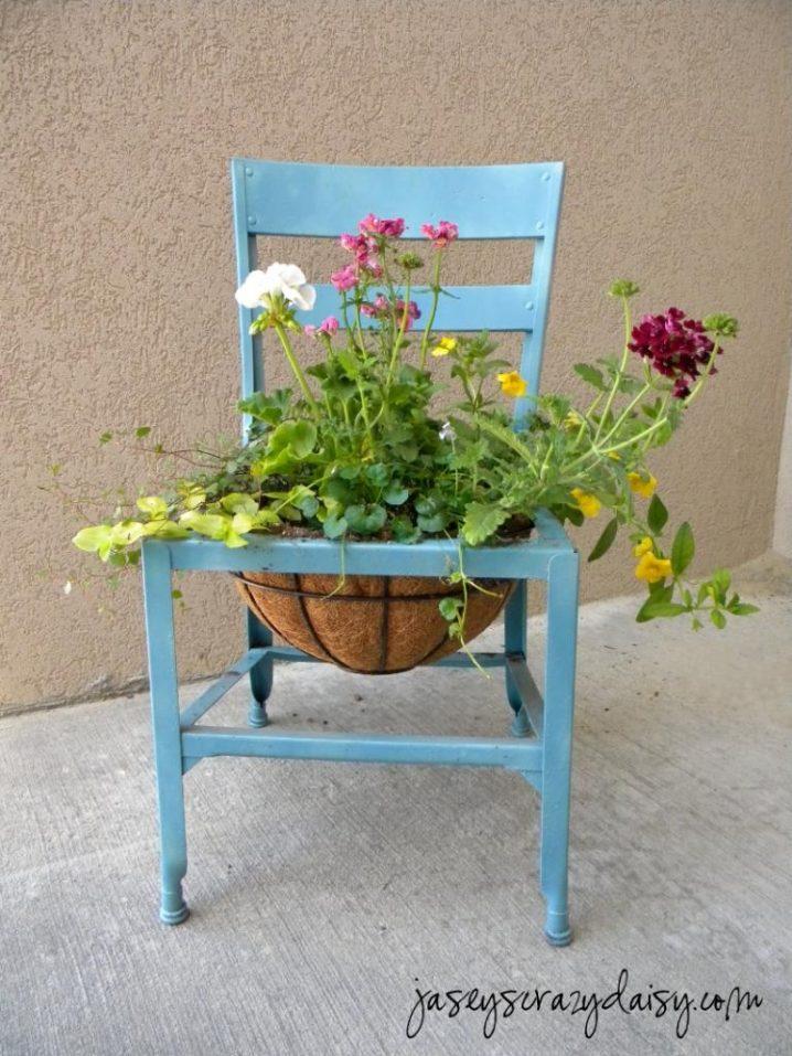 παλιές καρέκλες σε γλάστρες κήπου9