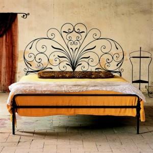 Κρεβάτια από σφυρήλατο σίδερο για μια υπέροχη μεσογειακή ατμόσφαιρα στην κρεβατοκάμαρα